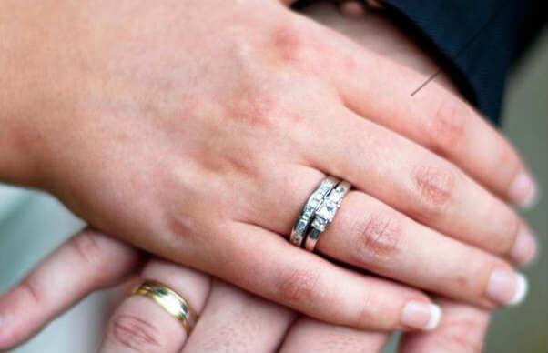 que quiere decir el anillo en el dedo anular